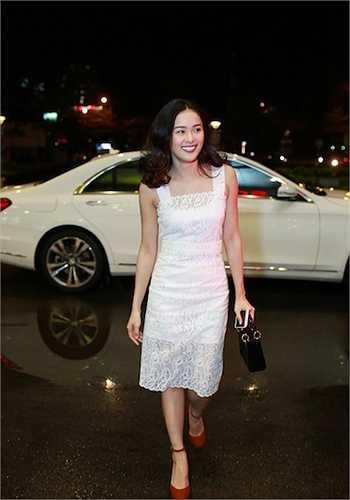 Tối 29/11, Hạ Vi gây chú ý khi tham dự sự kiện 'Tung nhẹ tóc bay' tại trung tâm thương mại ở TP HCM. Cô được đưa đón bằng một chiếc xe sang màu trắng.