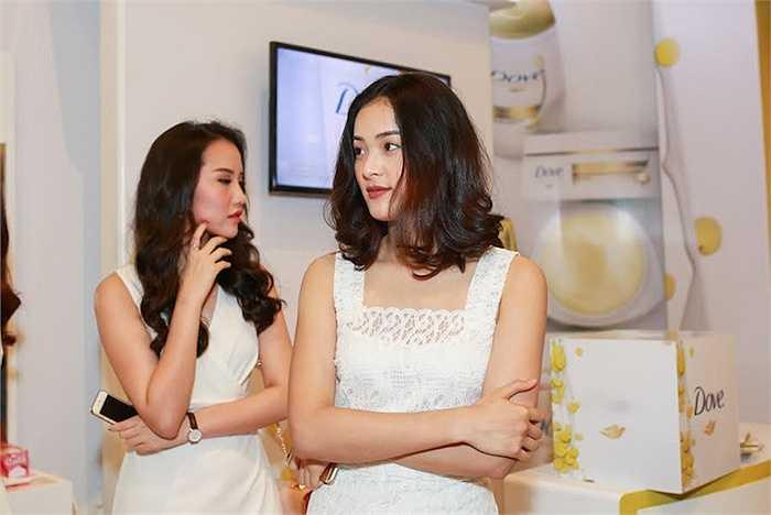 Hạ Vi sinh năm 1993, từng du học Singapore và là người mẫu ảnh của rất nhiều tạp chí thời trang, shop quần áo.
