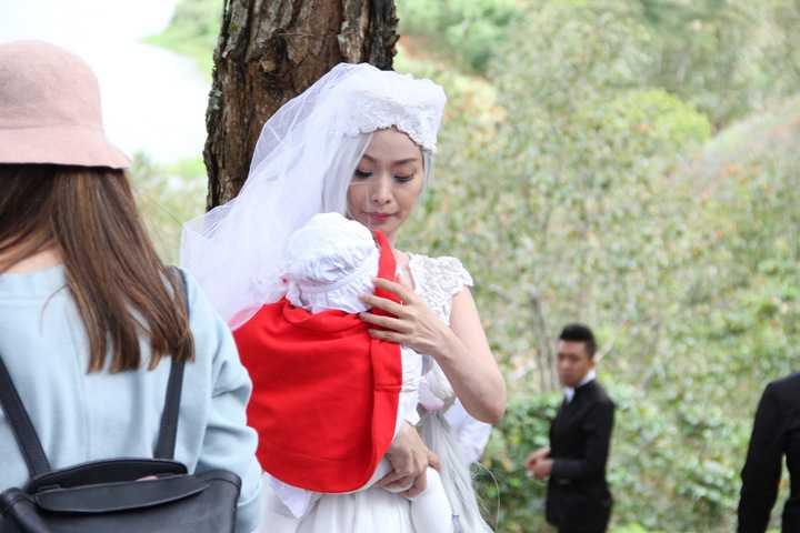 Lê Kiều Như gây bất ngờ khi xuất hiện đúng với hình ảnh cô dâu như đúng tạo hình trong MV.