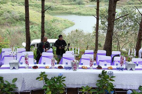 Không gian của buổi giới thiệu MV được trang trí giống như một lễ cưới thực sự.