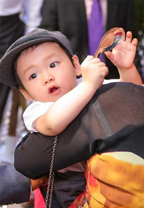 """Khi hình ảnh của con trai Diễm Hương được công bố trên truyền thông, ngay lập tức Noah đã nhận được nhiều lời khen ngợi về vẻ đáng yêu và """"đốn tim"""" khá nhiều người hâm mộ."""