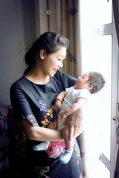 Ban đầu Nhật Kim Anh ít khi chia sẻ hình ảnh cận mặt con trai, tuy nhiên, hiện tại, người đẹp đã cởi mở hơn và thường xuyên khoe những nét đẹp của bé với mọi người.