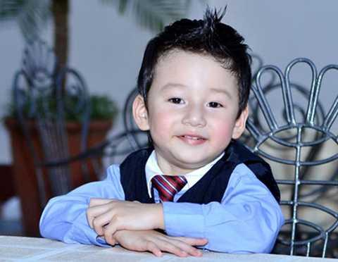 """Ngay từ lúc còn 1-2 tuổi, Bảo Nam khiến công chúng """"mê mẩn"""" với khuôn mặt bầu bĩnh, nụ cười xinh xắn, luôn được bố mẹ cho ăn mặc rất sành điệu."""
