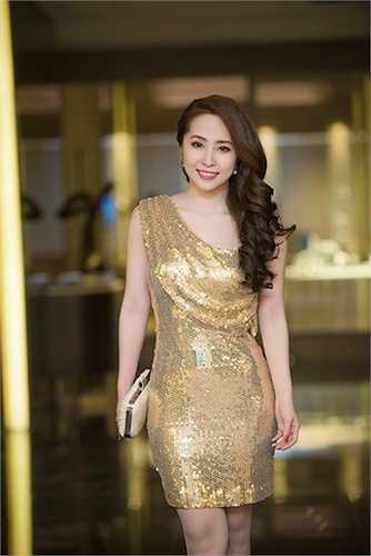 Tại một sự kiện ở Hà Nội, 'Cá sấu chúa' thu hút mọi ánh nhìn với chiếc đầm sequin lệch vai vô cùng sexy.