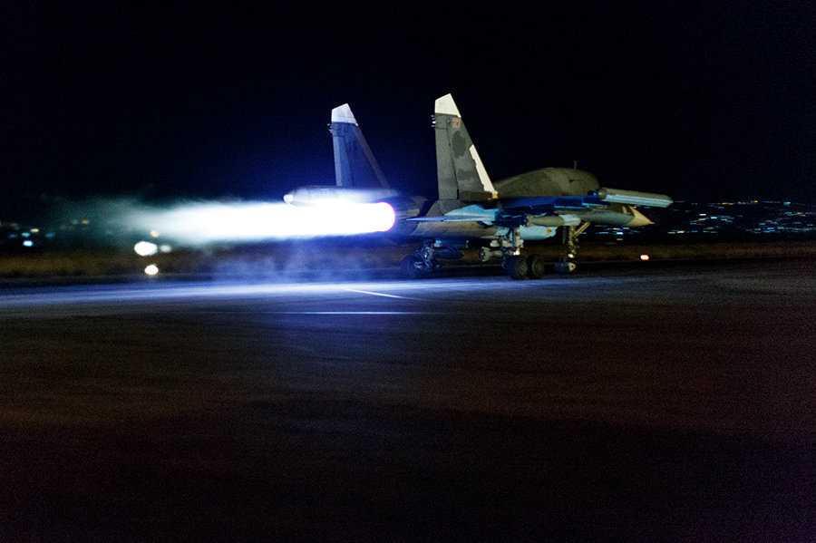 Máy bay ném bom Su-34 của Nga xuất kích trong đêm