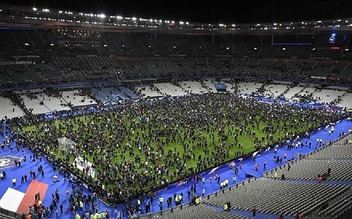 Tổng thống Pháp Francois Hollande tuyên bố tình trạng khẩn cấp tại Pháp và đóng cửa biên giới. Đây được coi là vụ khủng bố đẫm máu nhất trong lịch sử nước Pháp