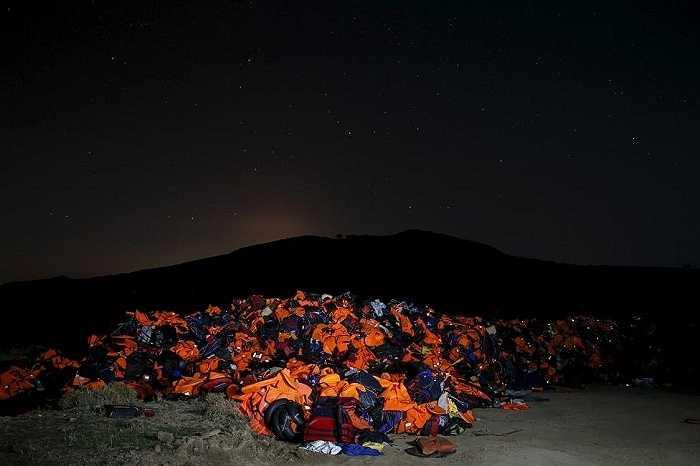 Hàng ngàn chiếc áo phao của người tỵ nạn chất đống tại một bãi rác trên đảo Lesbos của Hy Lạp ngày 9/11