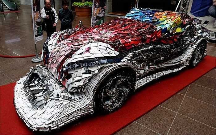 Nghệ sĩ Đài Loan Lin Shih-Pao đã hoàn thành một chiếc siêu xe với kích cỡ như thật từ 25.000 chiếc điện thoại di động cũ