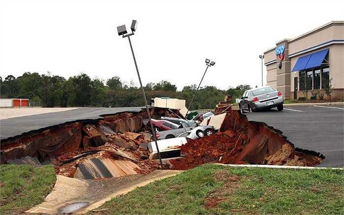 Một chiếc hố tử thần bất người xuất hiện trước một nhà hàng ở Merdidian, Mississippi, Mỹ