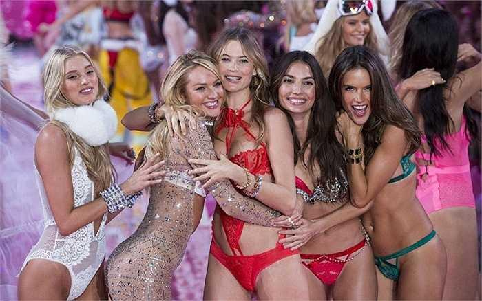 Hình ảnh các người mẫu trong show thời trang nội y Victoria's Secret Fashion Show diễn ra ở New York ngày 10/11