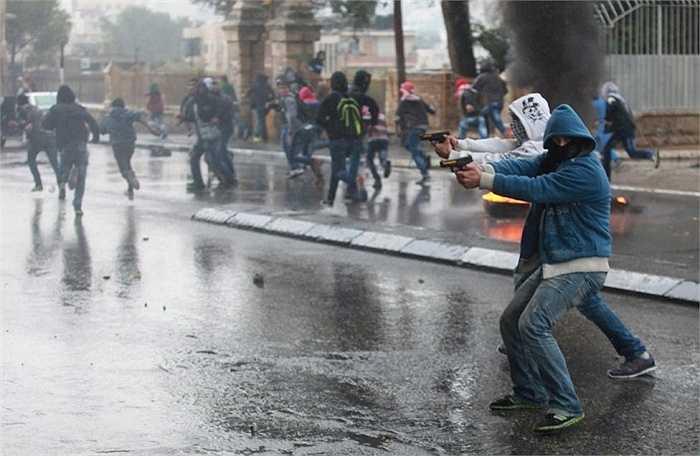 Nhân viên an ninh Israel chĩa súng về phía người Palestine trong các cuộc đụng độ ở thành phố Bờ Tây Bethlehem ngày 6/11