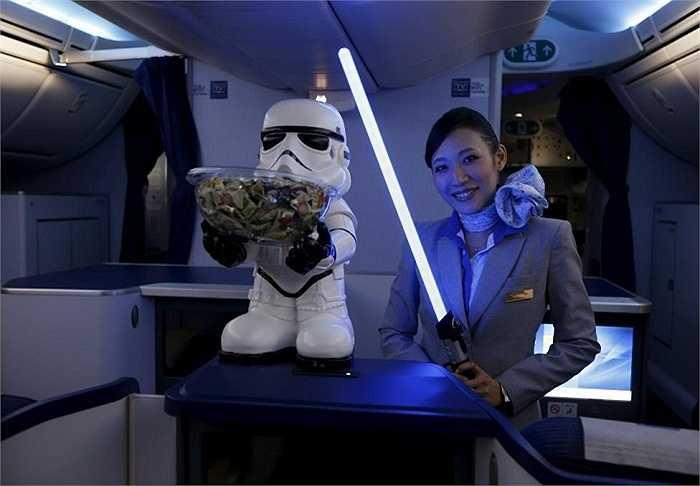 Bên trong chiếc máy bay phản lực Boeing 787 Dreamliner mang số hiệu R2-D2 ANA tại sân bay Changi của Singapore