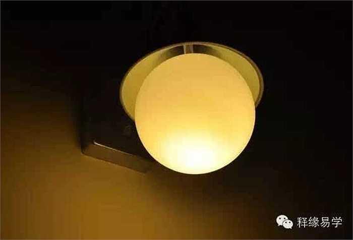 Các cách hóa giải: Thiết kế đèn chong (xem hình): Nếu nhà thiếu ánh sáng mặt trời, trong nhà cần lắp thêm đèn chong có ánh sáng ấm. Cần đặc biệt chú ý nên bật đèn chong vào đêm mùng một, ngày rằm hàng tháng để tăng thêm dương khí cho căn nhà.