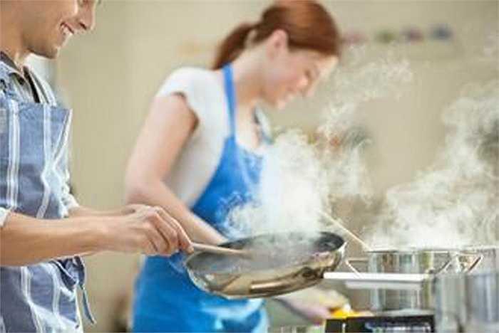 Nên thường xuyên nấu nướng. Nếu bạn chăm nổi lửa nấu thì việc ngọn lửa nơi căn bếp chính là môt nhân tố rất quan trọng giúp xua tan đi âm khí trong nhà.