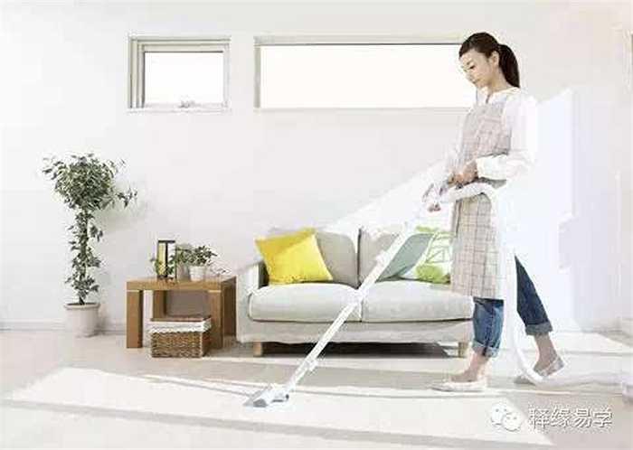 Luôn quét dọn sạch sẽ và ngăn nắp. Việc dọn dẹp sạch sẽ các góc chết trong nhà sẽ làm âm khí không có chỗ cư ngụ. Đặc biệt trong nhà vệ sinh, nhà kho hoặc những nơi tối chứa đồ thì âm khí càng nặng. Vì thế cần chú ý luôn giữ gìn vệ sinh sạch sẽ, đồ đạc xếp gọn gàng ngăn nắp sẽ giúp bạn giảm âm khí và tăng dương khí trong nhà.