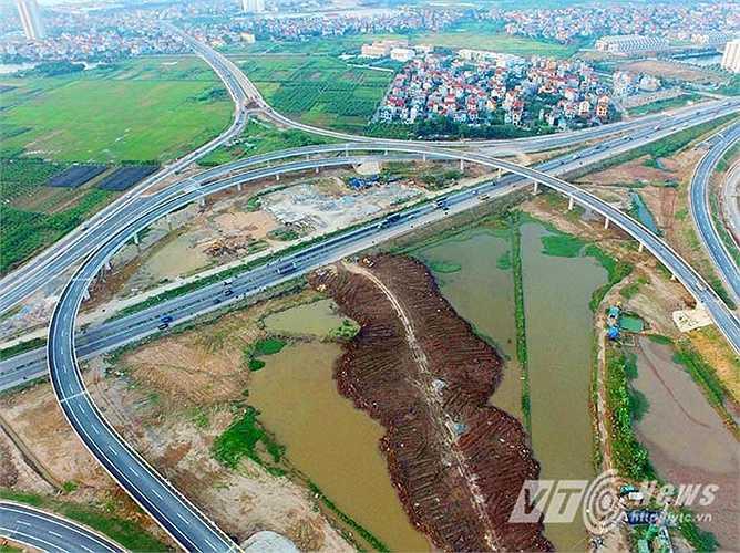 Điểm đầu của cao tốc nằm tại địa phận Hà Nội, nơi giao cắt với đường vành đai 3 (đường dẫn lên cầu Thanh Trì) thuộc địa phận phường Thạch Bàn (Long Biên, Hà Nội) và quốc lộ 5.