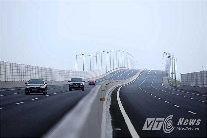 Cao tốc mới có tổng chiều dài toàn tuyến 105,5 km, quy mô 6 làn xe chạy, 2 làn dừng khẩn cấp, chiều rộng mặt cắt ngang bình quân 100 m, mặt đường rộng từ 32,5 đến 35 m.