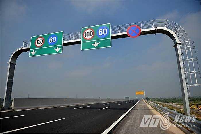 Vận tốc tối đa trên tuyến cao tốc này là 120 km/h, khoảng cách tối thiểu giữa các xe là 100 m. Các loại ôtô có tốc độ thiết kế dưới 60 km/h, xe máy, xe thô sơ không được phép lưu thông trên tuyến đường này.
