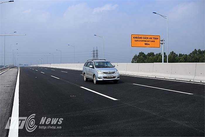 Mặt đường cao tốc được sử dụng lớp tạo nhám có độ ma sát lớn (dày 5 cm phủ trên bề mặt bê tông nhựa) để đảm bảo an toàn cho xe chạy tốc độ cao.