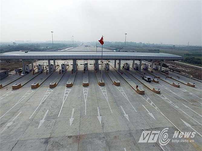 Trên tuyến cao tốc có hai trạm thu phí lớn tại vị trí đầu tuyến thuộc địa phận Hưng Yên với quy mô 14 làn thu phí và cuối tuyến thuộc địa phận Hải Phòng với quy mô 16 làn thu phí.