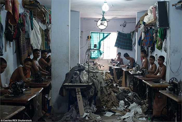 Bộ ảnh của nhiếp ảnh gia Claudio Montesano Casillas đã tiết lộ sự thật gây sốc bên trong một số nhà xưởng may mặc ở Bangladesh, nơi mà nhiều trẻ em bị buộc làm việc nhiều giờ. Ngành công nghiệp dệt may của Bangladesh là nước xuất khẩu mặt hàng dệt may lớn thứ hai sau Trung Quốc.