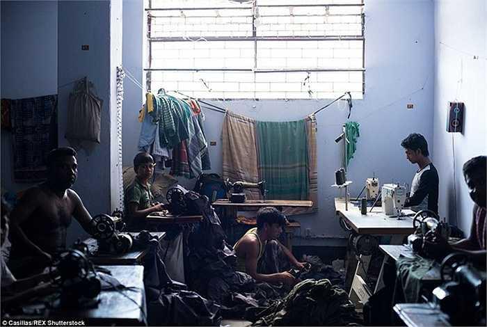 Các công nhân của nhà máy may mặc buộc phải làm việc 6 ngày hoặc 6,5 ngày mỗi tuần từ bình minh đến hoàng hôn nhưng chỉ nhận được mức lương tối thiểu. Họ ngủ bên trong nhà máy hoặc thuê phòng bên cạnh các nhà máy.