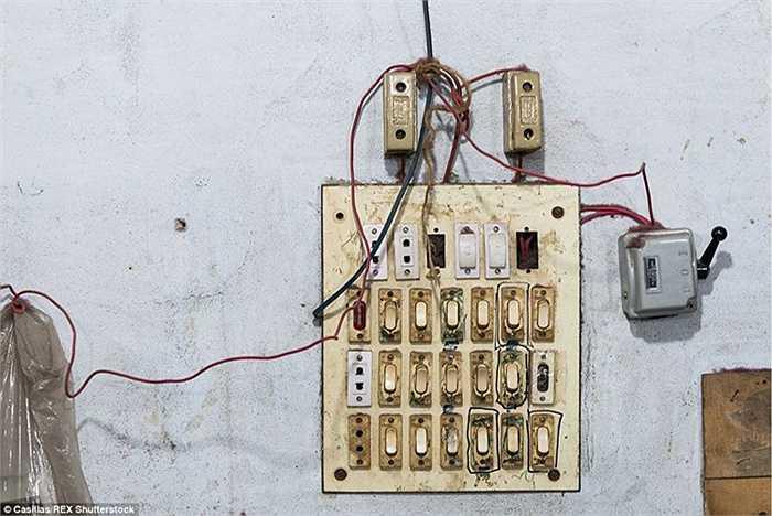 Bảng điện của một nhà máy trông khá sơ sài. Hầu hết các nhà máy có nguy cơ gặp tai nạn cháy nổ do hệ thống dây điện không đạt tiêu chuẩn an toàn.