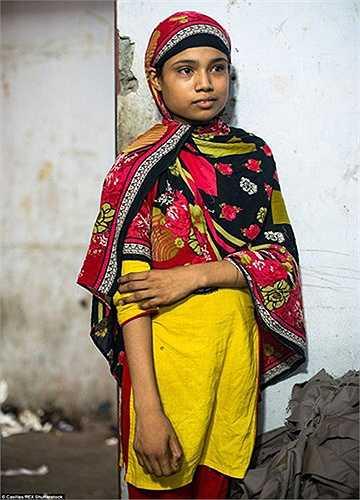 Cô bé Shanta, 11 tuổi (ảnh) đã làm việc tại một nhà máy may mặc được 1 năm.