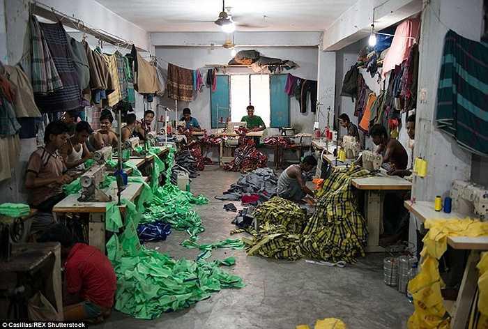Một nhà máy may trái phép thường nằm ở vùng ngoại ô của trung tâm của Dhaka Beyond.