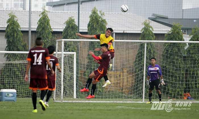 Hoàng Lâm là trung vệ cao 1m85 của U23 Việt Nam, trong khi tiền đạo Văn Thành khá 'mỏng cơm'.