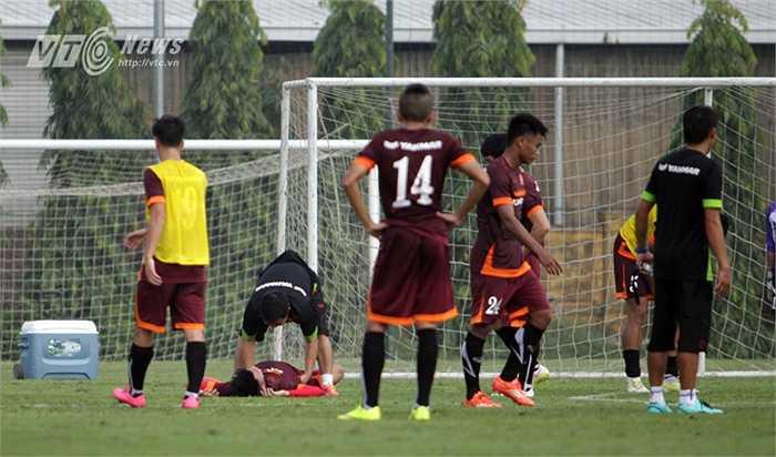 Tiền đạo của U21 Hà Nội T&T lập tức nằm sân.