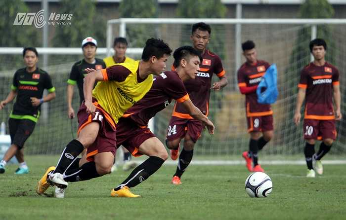Còn đây là 2 tân binh khác của U23 Việt Nam, Đông Triều (áo vàng) và Trọng Đại. Đông Triều được triệu tập cho vị trí tiền vệ trung tâm, còn đội trưởng U19 Việt Nam là trung vệ.