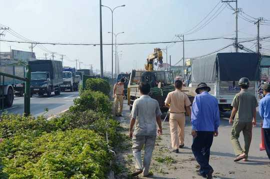 Chiếc xe tải cẩu được đưa đi khỏi hiện trường vụ tai nạn