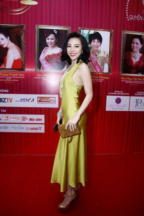 Trà Giang từ là vedette cùng Hoa hậu dân tộc Ngọc Anh trong lễ hội áo dài Hương sắc Hà Nội do NTK Đức Hùng làm Tổng đạo diễn nhân dịp kỷ niệm 60 năm Giải phóng Thủ Đô