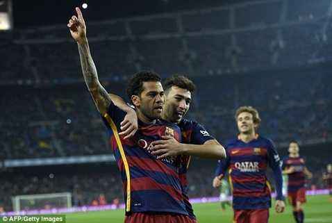 Dani Alves là người mở hàng cho chiến thắng của Barca