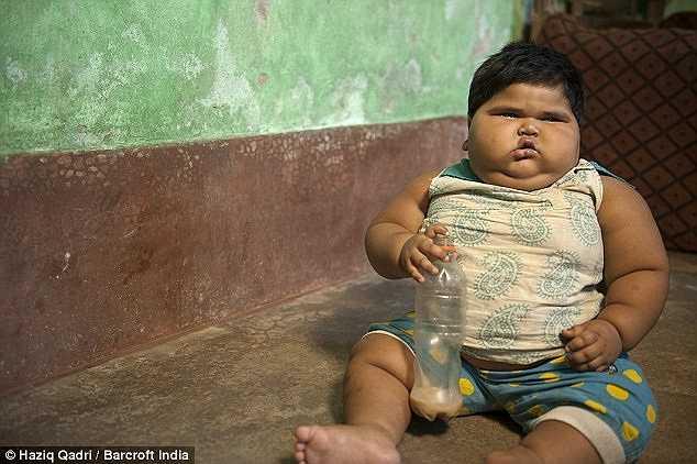 Bé Aliya Saleem chỉ mới 18 tháng tuổi nhưng đã nặng hơn 24kg và trở thành một trong những em bé nặng nhất thế giới ở độ tuổi của em.