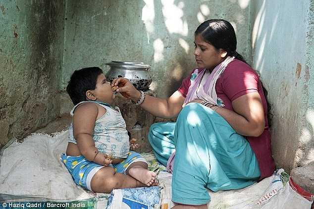 Các bác sỹ tin rằng bé Aliya có thể mắc hội chứng Prader-Willi, một căn bệnh rối loạn hiếm gặp đặc trưng ảnh hưởng đến nhận thức, sự tăng trưởng và vấn đề ăn uống. Trong ảnh là người mẹ Shabnam (25 tuổi) đang cho con ăn.