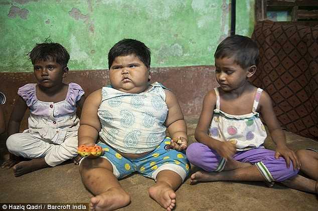 So với vóc dáng của các trẻ em cùng tuổi, thậm chí lớn tuổi hơn, thì bé Aliya có kích thước lớn gấp đôi.