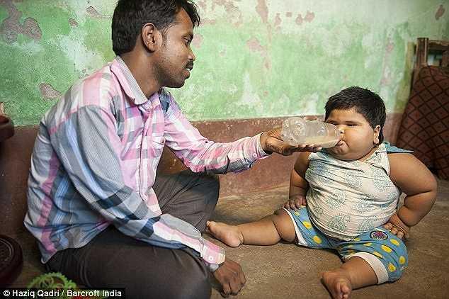 Anh Mohammed, 28 tuổi, hiện đang làm thợ may với thu nhập khoảng 3 USD/ngày, nói rằng phần lớn tiền lương hàng tháng của anh đều dành vào việc nuôi nấng con gái.