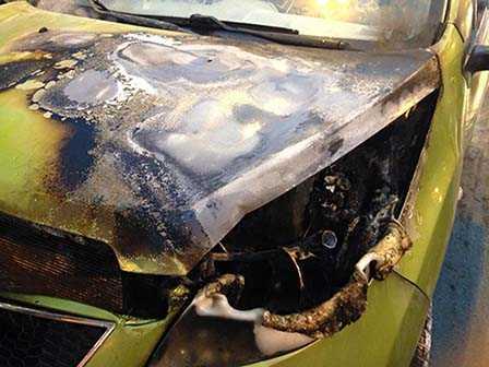 Phần buồng máy của chiếc ôtô bị thiêu rụi