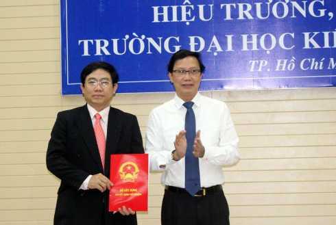 Thứ trưởng Nguyễn Đình Toàn trao quyết định bổ nhiệm tân Hiệu trưởng ĐH Kiến trúc TP.HCM cho TS.KTS Lê Văn Thương