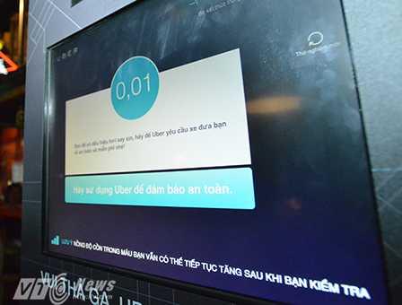 Kết quả nồng độ cồn sẽ hiển thị trên mành hình sau đó, nếu nồng độ cồn vượt quá 0,04mg/l khí thở, chiếc máy sẽ tự động gọi xe taxi đưa khách về nhà