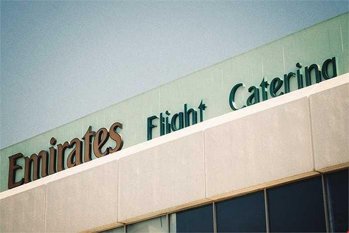 Để có được đồ ăn trên máy bay chất lượng cho khách VIP, hãng Emirates đã đầu tư không nhỏ cho cơ sở sản xuất đồ ăn Emirates Flight Catering (EKFC) của hãng đặt tại thành phố Dubai.