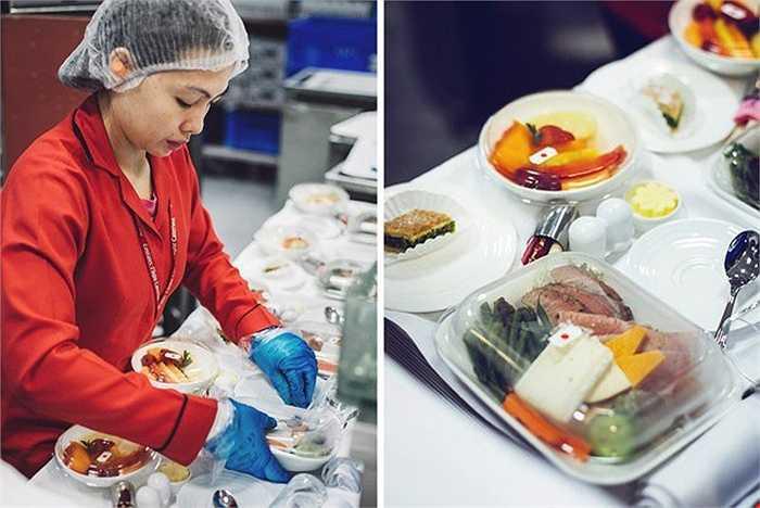 Việc bày biện và đóng gói đồ ăn, dao, dĩa và những dụng cụ khác đối với khoang hạng nhất và thương gia rất cầu kì. Theo quy định, chỉ có duy nhất một nhân viên của EKFC đảm nhiệm việc này. Quy tắc này giúp Emirates Airlines kiểm soát tốt hơn công việc cũng như các nhân viên có trách nhiệm hơn với nhiệm vụ của mình.