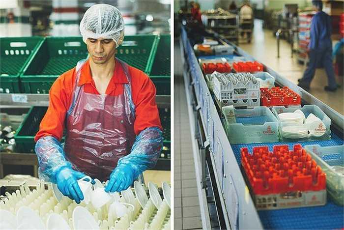 Cơ sở chế biến đồ ăn EKFC luôn làm việc không ngừng nghỉ, nhân viên hoạt động 24/7 và an ninh luôn được đảm bảo