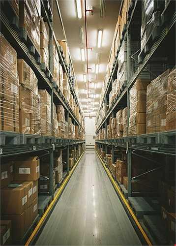 Nguyên liệu chế biến món ăn sẽ được gói thành các thùng để được vận chuyển đến bếp. Tất cả các thùng hàng đều phải được đưa qua máy X-quang của Cảnh sát Dubai trước khi chuyển tới khu vực dỡ hàng. Đặc biệt, EKFC không có bất cứ một kho dự trữ thực phẩm nào. Mọi thực phẩm tươi sống đều sẽ được đưa trực tiếp tới nhà bếp để chế biến thành đồ ăn đưa lên máy bay.