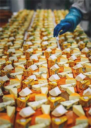 Nhà bếp được chia ra làm 3 khu vực nhỏ: bếp nguội, bếp nóng và xưởng bánh. Bếp nguội là nơi các đầu bếp chuẩn bị món khai vị và sandwich. Những chiếc bánh sandwich, bất kể 10 hay 1.000 chiếc, đều phải được trình bày giống hệt nhau về hình thức.