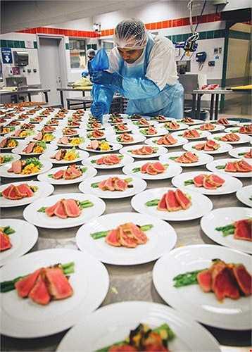 Tại khu bếp nóng của EKFC, những bữa ăn dành cho khách VIP luôn được chế biến và trình bày đẹp mắt và ngon miệng nhất có thể.