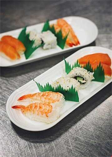 Riêng với các chuyến bay liên quan đến Nhật Bản, EKFC đã thuê các đầu bếp sushi từ xứ sở hoa anh đào để tạo ra thực đơn đồ ăn nhằm khiến hành khách được hài lòng.