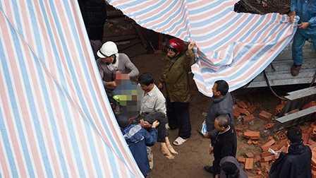 Lực lượng cứu hộ đưa thi thể người bị nạn ra ngoài